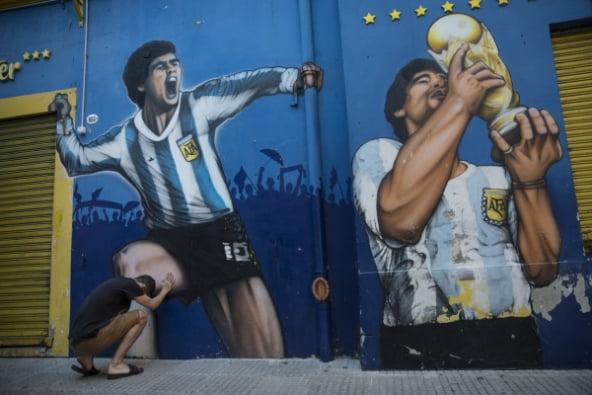 한 아르헨티나 국민이 디에고 마라도나의 모습이 담긴 벽화 앞에서 고인을 추모하고 있다. [사진=AP 연합뉴스]