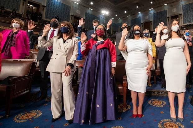 메릴린 스트릭랜드 미국 하원의원(오른쪽 세번째)이 3일(현지시간) 미 의회의사당에서 열린 하원 개원식에 참석해 취임 선서를 하고 있는 모습. 스트릭랜드 의원 트위터 캡처