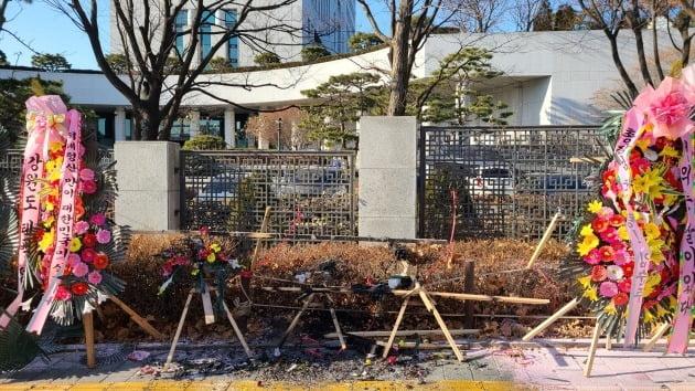 4일 오전 서울 대검찰청 앞에 놓인 윤석열 검찰총장 응원화환에 한 남성이 불을 지르는 사고가 발생했다. 독자제공.