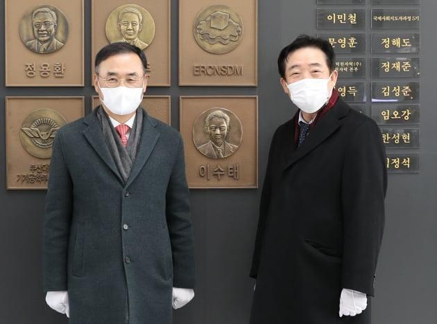 이수태 파나시아 회장, 부산대에 2차 발전기금 출연, 부조상 제작