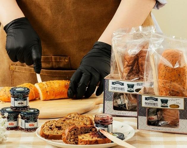 BGF리테일이 운영하는 편의점 CU도 지난달 고급 베이커리 상품군을 선보였다. 허브빵 및 곡물빵과 함께 잼, 소스 등을 세트로 구성한 점이 특징이다. 사진=BGF리테일 제공