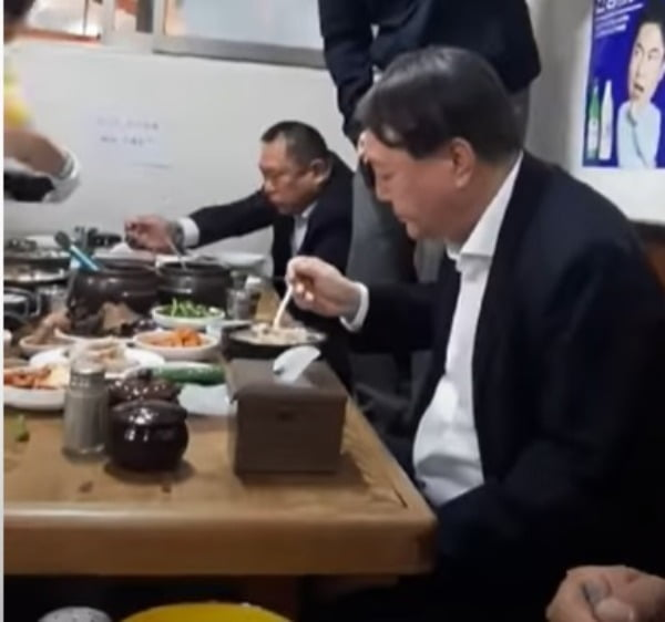순댓국 먹는 윤석열 총장. 유튜브 방송 갈무리.