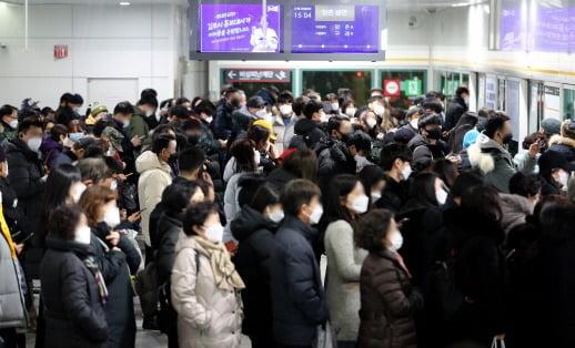 5일 오후 2시 32분쯤 풍무-김포공항 방향으로 운행하던 김포도시철도 전동차가 원인을 알 수 없는 이유로 멈춰섰다. 사진=뉴스1