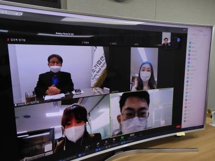 이병헌 중소기업연구원장(왼쪽 위)이 2021년 비대면 온라인 시무식에서 신년사를 발표하고 있다.  /중기연 제공