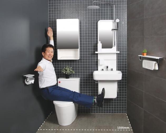 류인식 세비앙 대표가 국내 최초의 세면기 일체형 샤워기 '올인바스'에서 포즈를 취하고 있다. 김정은 기자