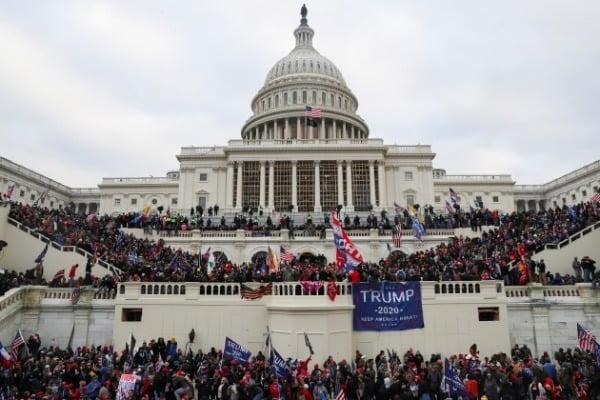 도널드 트럼프 미국 대통령을 지지하는 시위대가 6일(현지시간) 미국 워싱턴DC 의회의사당을 점령한 모습/사진=로이터