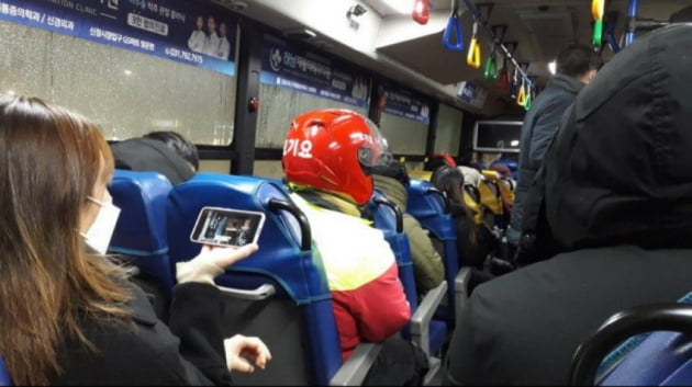 배달원이 대중교통을 타고 배달에 나서고 있다. 사진=온라인 커뮤니티.