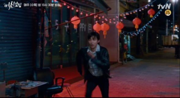 서울을 배경으로 한 골목에서 한자와 홍등이 등장한 '여신강림'/사진=tvN 수목드라마 '여신강림' 캡처