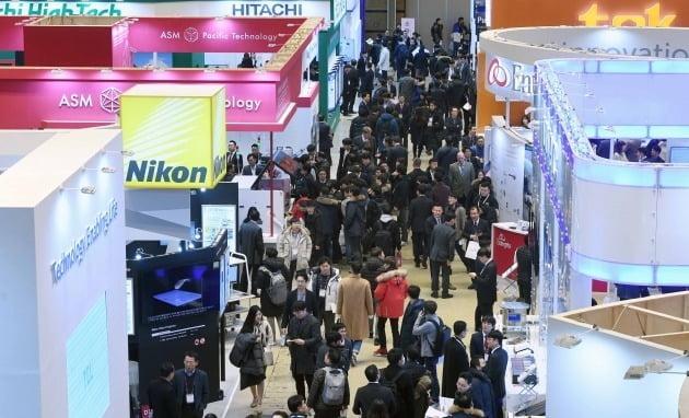 국내 최대 규모 반도체산업 전시회 '세미콘 코리아 2021'이 신종 코로나바이러스 감염증(코로나19) 재확산 여파로 개막 한 달여를 앞두고 전시회를 취소, 19개 콘퍼런스만 다음달 3일부터 12일까지 온라인상에서 개최한다. 사진은 지난 2019년 2월 서울 삼성동 코엑스에서 열린 세미콘 코리아 전시회. / 한경DB.