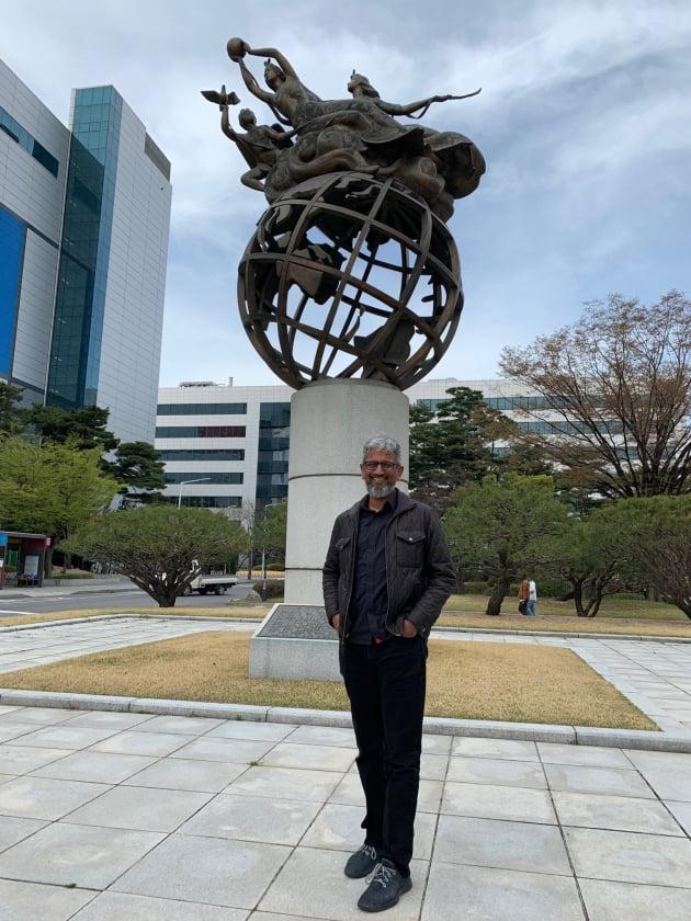 2019년 4월 삼성전자 기흥사업장을 방문한 라자 코두리 인텔 수석부사장의 모습. 라자 코두리 트위터 캡처