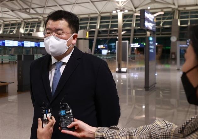 최종건 외교부 1차관이 9일 밤 인천국제공항에서 이란으로 출국하기 전 취재진의 질문에 답하고 있는 모습. 연합뉴스