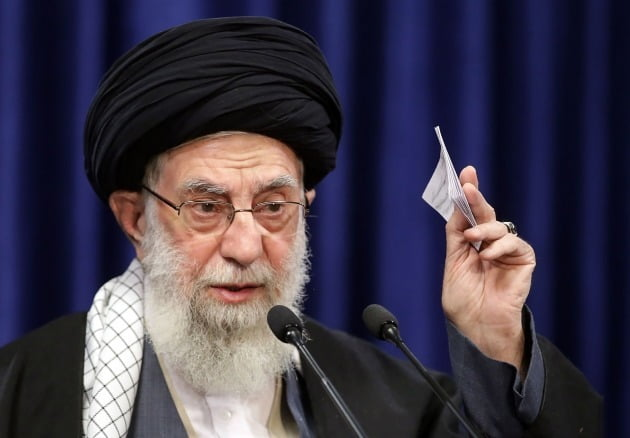 이란 최고지도자인 아야톨라 알리 하메이니. 이란은 이슬람교 지도자가 국가 원수를 겸하는 사실상의 신정(神政) 체제 국가이다. AFP연합뉴스