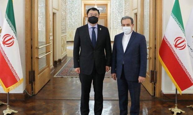 최종건 외교부 1차관(왼쪽)이 10일(현지시간) 이란 테헤란에 도착해 압바스 아락치 이란 외무부 차관과의 회담에 앞서 기념촬영을 하고 있다. 사진=이란 외무부