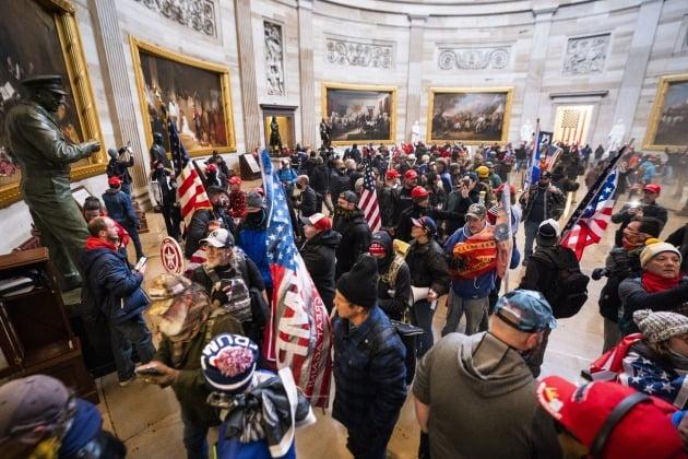 지난 6일 도널드 트럼프 대통령 극단 지지자들의 의회 난입 사태. EPA연합뉴스