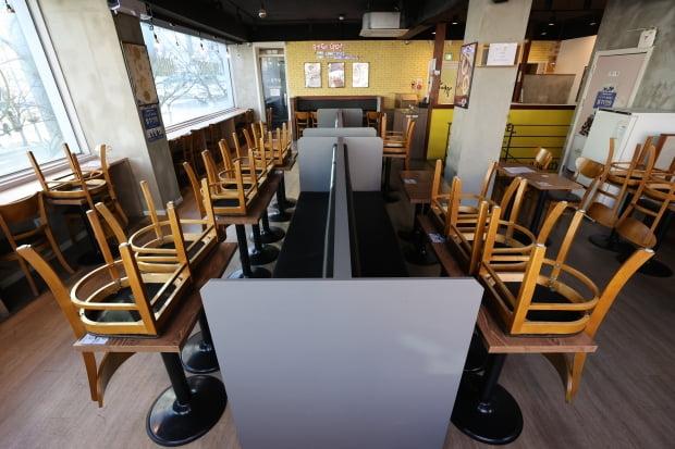 정부의 '카페 홀 이용금지' 조치에 따라 서울 관악구의 한 카페 내부 좌석 이용이 금지돼있다. 사진=연합뉴스