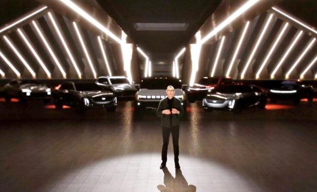 마이클 심코 GM 글로벌 디자인 담당 부사장 뒤로 출시가 예정된 GM 전기차들이 도열했다. 사진=GM