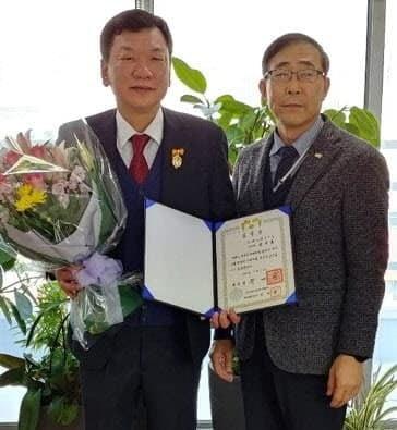 왼쪽부터 성기홍 씨티씨바이오 대표와 이상길 한국단미사료협회 회장.