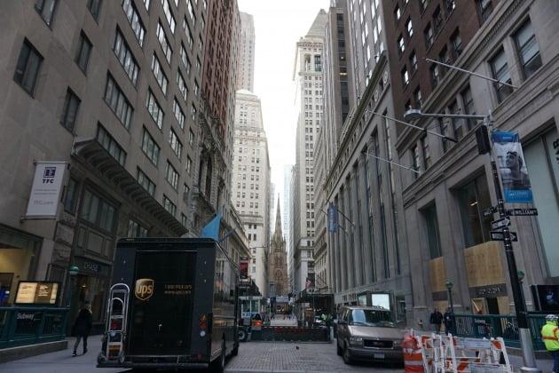 미국 뉴욕 맨해튼의 월스트리트 모습. 뉴욕=조재길 특파원
