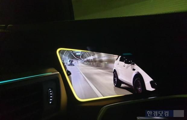 아우디 e-트론 차 문 안쪽에 장착된 디스플레이. 차량 밖 설치된 카메라가 찍은 화면을 보여준다. 사진 = 오세성 한경닷컴 기자