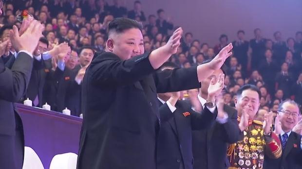 """북한 조선중앙TV는 14일 김정은 국무위원장이 전날 평양체육관에서 열린 8차 당대회 기념 공연 '당을 노래하노라'를 관람했다고 보도했다. 이달 5∼12일 열린 당대회에서는 시종일관 엄숙한 표정이었던 김 위원장이 이날은 활짝 웃으며 만족감을 표했다. 조선중앙통신은 """"총비서 동지께서 출연자들의 공연성과에 만족을 표시했다""""고 보도했다. 사진=연합뉴스/조선중앙TV 화면"""