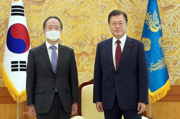 문재인 대통령이 14일 오전 청와대 본관 접견실에서 도미타 코지 주한일본대사를 접견하고 있다. [사진=청와대 제공] 2021.1.14