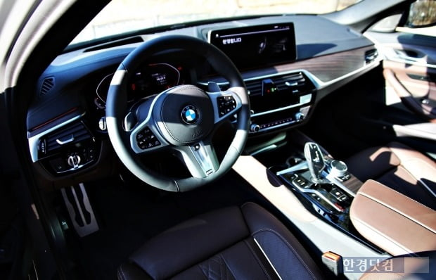 BMW 540i X드라이브 실내는 BMW의 기존 디자인 요소를 유지했다. 사진=오세성 한경닷컴 기자