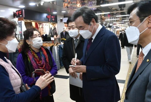 이낙연 더불어민주당 대표가 14일 서울 영등포 지하상가를 방문해 상인들의 고충을 메모하고 있다. 사진=연합뉴스