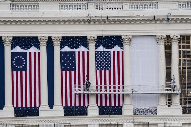 오는 20일 조 바이든 미국 제46대 대통령 취임식을 앞두고 미국 워싱턴DC 연방의회의사당에서 행사를 준비하고 있는 모습.  /연합뉴스