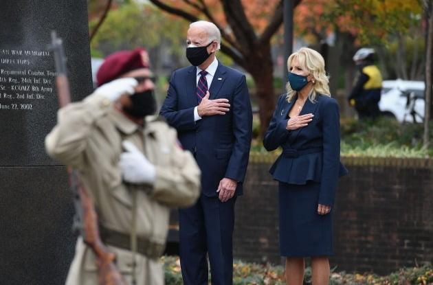 조 바이든 미국 대통령 당선인이 지난해 11월 대선 승리 나흘 만에 재향군인의 날을 맞아 한국전 기념비를 찾은 모습.  /연합뉴스