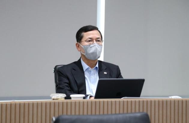 임영진 신한카드 사장이 15일 사업전략회의에서 참석해 임원과 부서장들의 토론을 듣고 있다.