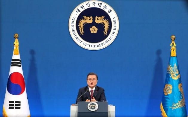 문재인 대통령이 18일 청와대 춘추관에서 열린 신년 기자회견에서 취재진의 질문에 답하고 있는 모습./연합뉴스