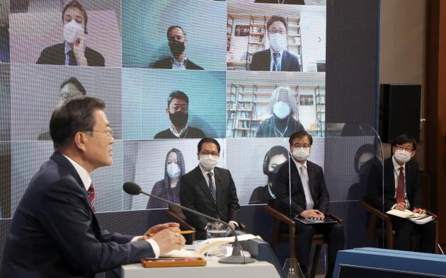문재인 대통령이 18일 청와대 춘추관에서 온·오프 혼합 방식의 신년 기자회견을 열고 정국 이슈 및 올해 국정운영 방향에 대한 입장을 밝히고 있다. 청와대사진기자단