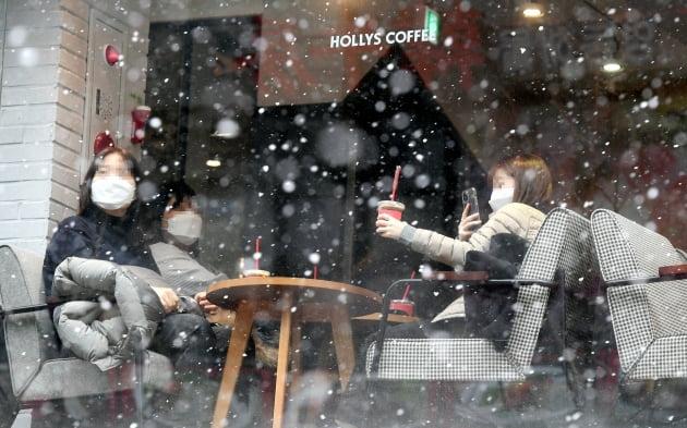 18일 서울 명동의 한 카페를 찾은 시민들이 테이블에 앉아 커피를 마시고 있다.허문찬기자 sweat@hankyung.com