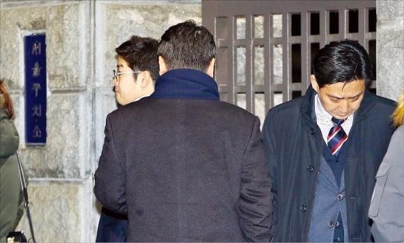2017년 이재용 삼성전자 부회장에 대한 법원의 구속 결정이 내려지자 삼성그룹 직원들이 경기 의왕 서울구치소 앞에서 대기하고 있던 모습. 사진=연합뉴스