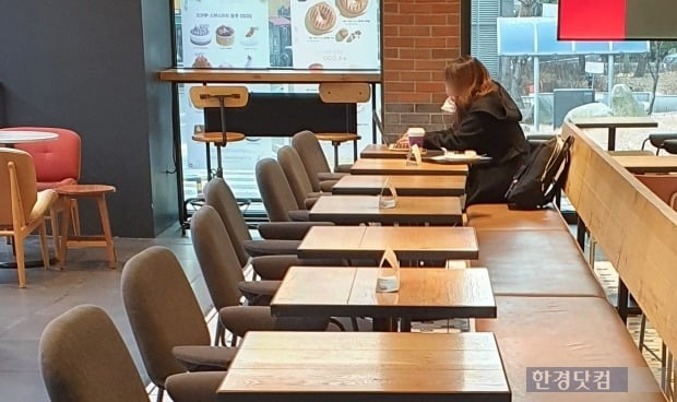 지난 18일 서울 마포구의 한 커피전문점에서 한 손님이 노트북을 사용하고 있다./사진=이미경 기자