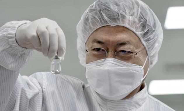 """문 대통령 """"내달 백신과 치료제 사용, 봄 앞당겨 줄 것"""""""