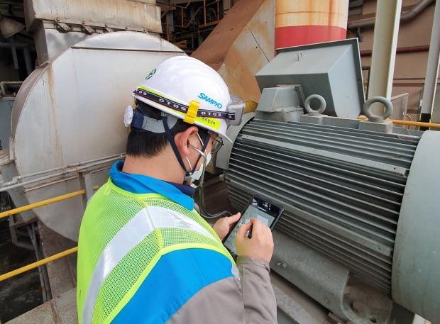 삼표그룹 직원이 테블릿PC로 설비를 점검하고 있다. 삼표 제공