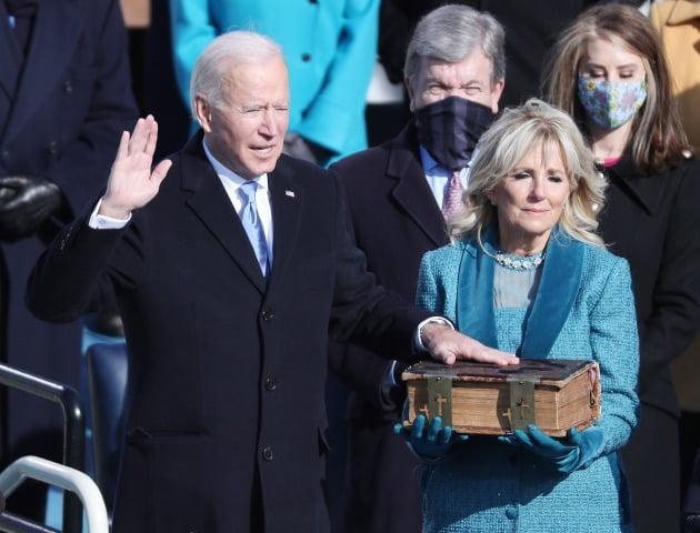 조 바이든 미국 대통령이 성경에 손을 얹고 선서를 하고 있다. [사진=EPA 연합뉴스]