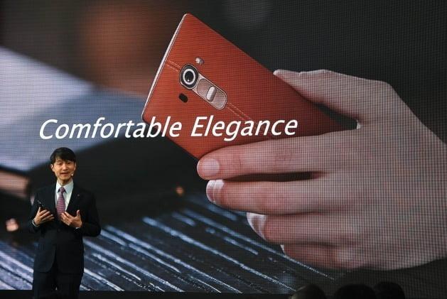 2015년 4월 미국 뉴욕에서 열린 스마트폰 출시행사에서 G4를 소개하고 있는 조준호 LG전자 MC사업본부장. 후면은 갈색 천연가죽이다. 연합뉴스