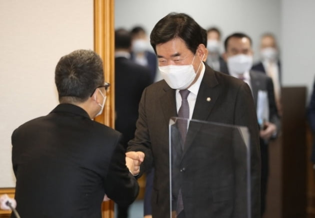 김진표 더불어민주당 의원(오른쪽)이 22일 서울 명동 은행연합회관에서 열린 'K뉴딜 지원방안회의'에 들어서고 있다.  /연합뉴스