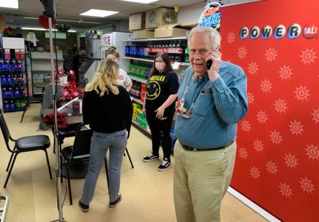 복권을 판매한 편의점 코니마켓에서 점주인 리처드 라벤스크로프트가 통화를 하고 있다/사진=볼티모어선 제공