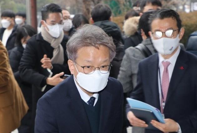 권칠승 중소벤처기업부 장관 후보자가 22일 오전 여의도 사무실로 출근하고 있다. / 사진=연합뉴스