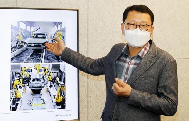 김재희 GM테크니컬센터코리아 도장생산기술담당장이 창원 도장 공장에 적용된 스워드 브러시(위)와 헴플렌지 실링 로봇을 소개하고 있다. 사진=한국GM