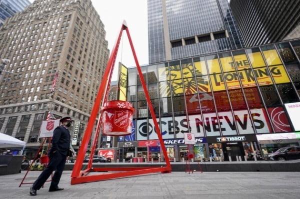 구세군은 이번 겨울 미국에서 비트코인, 이더리움 등 가상화폐 기부를 받기 시작했다. 뉴욕 타임스스퀘어에 설치된 모금냄비.  /한경DB