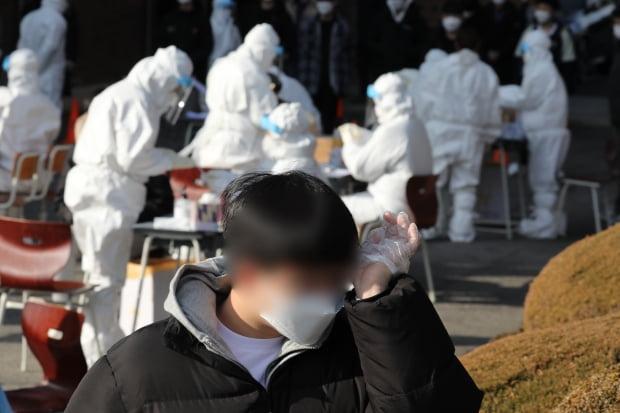 28일 오전 광주 서구 화정동 한 고등학교에서 보건당국 의료진들이 학생들의 검체를 채취하고 있다. 사진=뉴스1