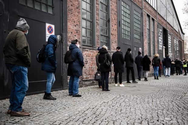 독일 수도 베를린의 한 체육관에 설치된 백신 접종센터 앞에서 27일(현지시간) 시민들이 신종 코로나바이러스 감염증(코로나19) 백신을 맞기 위해 길게 줄을 서 있다. 사진=EPA 연합뉴스