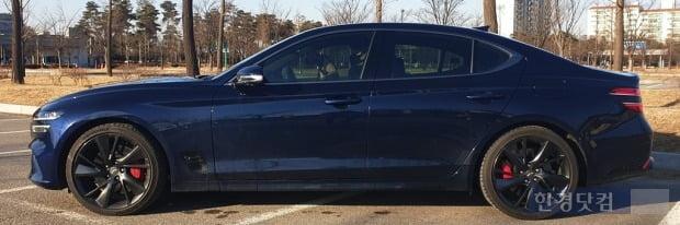 제네시스 더뉴 G70 측면에는 기존 모델에 있던 '<' 모양 크롬 가니시가 사라졌다. 사진=오세성 한경닷컴 기자
