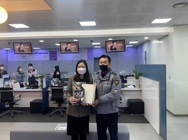 """""""침착하세요""""…5000만원 보이스피싱 막은 신한은행 직원"""