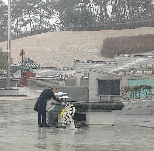 이재명 경기지사가 지난 28일 오후 광주 국립 5·18민주묘지에서 참배하고 있다. 사진=연합뉴스