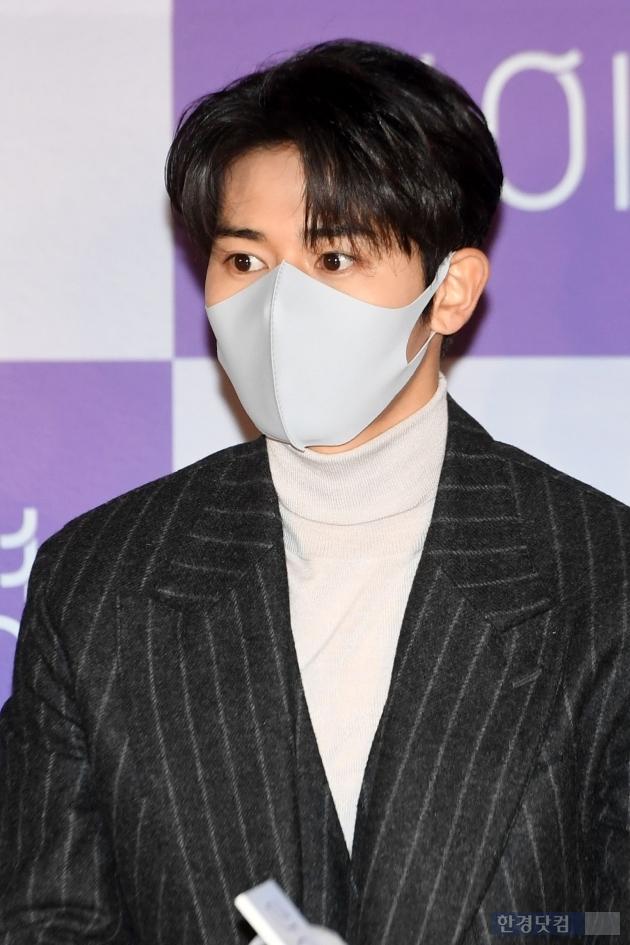 [포토] 김동준, '얼굴의 1/3 가리는 마스크'